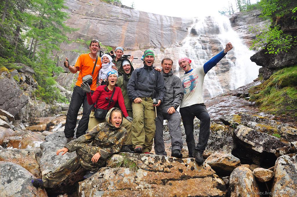 Туристы на водопаде Медвежий