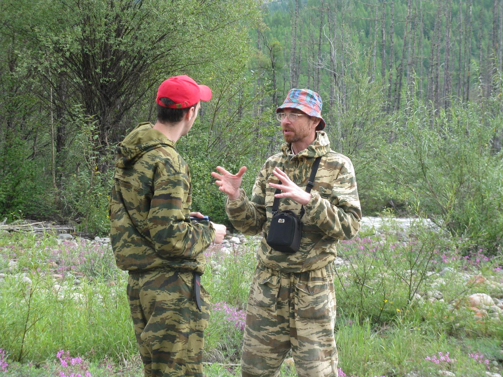 Старший научный сотрудник, ботаник С.В.Осипов и студент А.Ю Волков в экспедиции на Правой Бурее