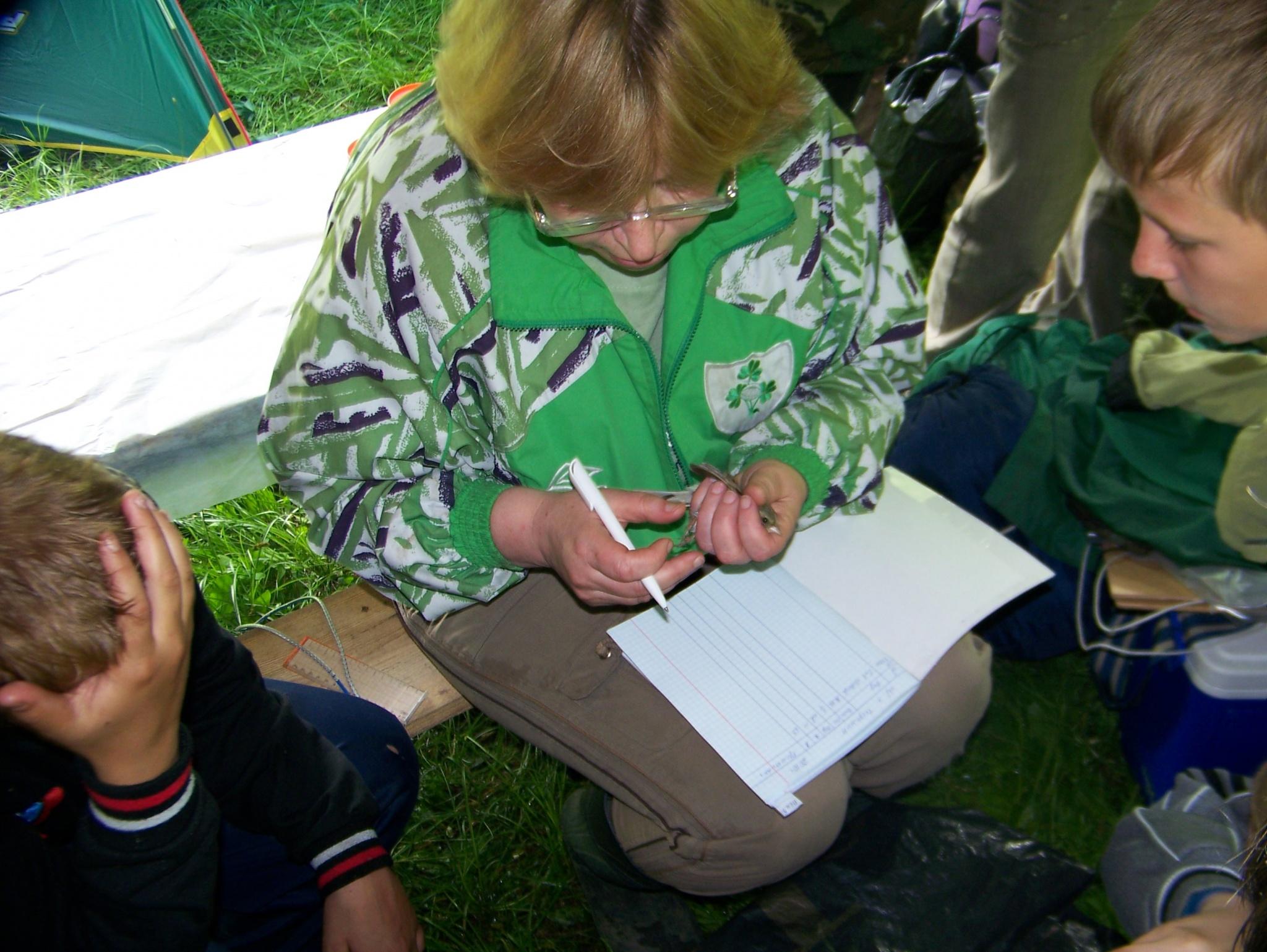 Ведущий научный сотрудник, орнитолог Е.А.Медведева проводит занятие с детьми эколагеря «Кедровка»
